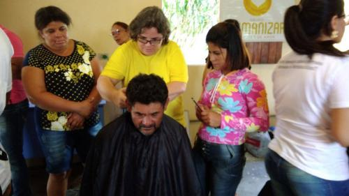 publico aprendendo corte de cabelo